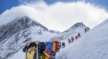 Νεπαλέζοι ορειβάτες ανέσυραν 4 σορούς και περισυνέλεξαν περίπου 11 τόνους σκουπιδιών στο Έβερεστ