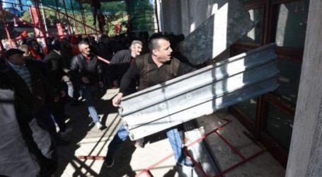 Αλβανία:Μολότοφ από τους υποστηρικτές της αντιπολίτευσης έξω από το πρωθυπουργικό μέγαρο