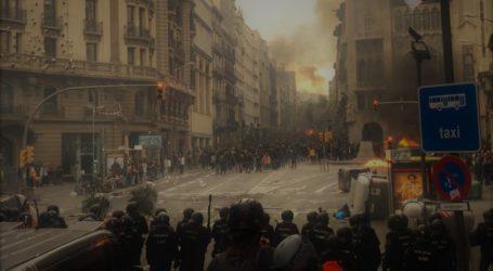 H Καταλονία στις φλόγες: Εκατοντάδες χιλιάδες διαδηλωτές στην Βαρκελώνη – Συγκρούσεις με την αστυνομία (vids)