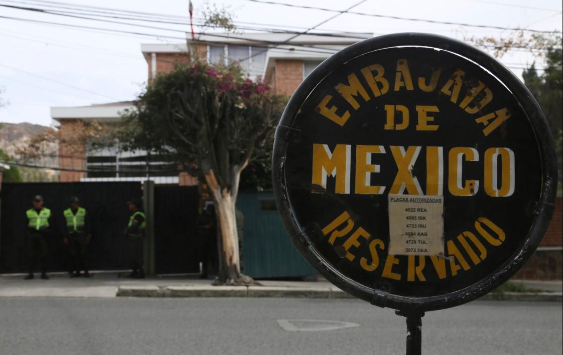 Μεξικό: Η βολιβιανή αστυνομία παρεμπόδισε την έξοδο δύο Ισπανών διπλωματών από την πρεσβεία στη Λα Πας