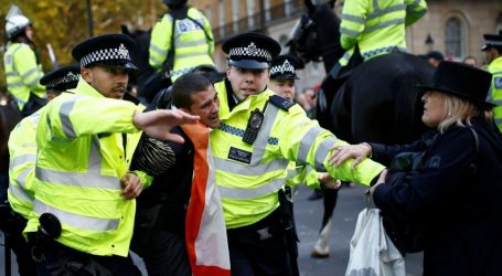 Βρετανία: Άνδρας ακινητοποιήθηκε από αστυνομικούς έξω από τη Ντάουνινγκ Στριτ
