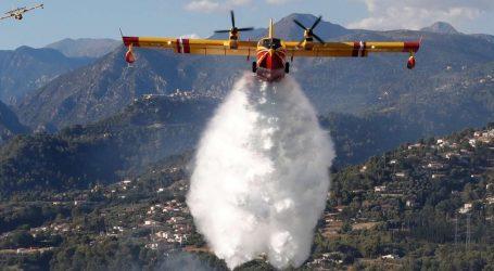 Χίλιοι πυροσβέστες επιχειρούν για την κατάσβεση δύο πυρκαγιών στη νότια Γαλλία