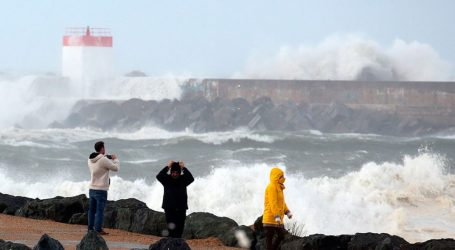 Η καταιγίδα «Αμελί» σαρώνει τις γαλλικές ακτές με ανέμους 160 χλμ