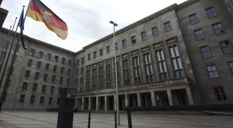 "SZ: ""Μαξιλάρι"" δισεκατομμυρίων αντί ελάφρυνσης χρέους για την Ελλάδα"
