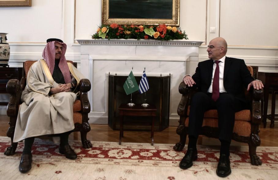 Σε εξέλιξη η συνάντησή Δένδια με τον ΥΠΕΞ της Σαουδικής Αραβίας