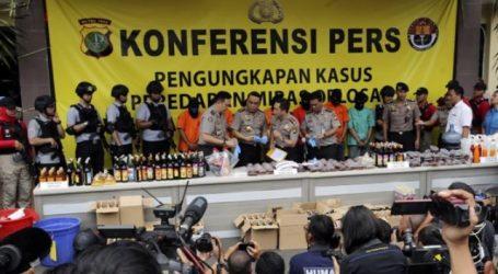 Ινδονησία: Η αστυνομία κατέστρεψε χιλιάδες μπουκάλια νοθευμένου αλκοόλ, μετά τον θάνατο σχεδόν 100 ανθρώπων