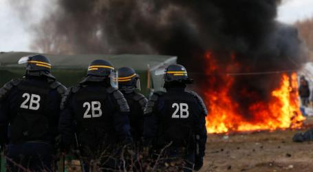 Βίαιες συγκρούσεις στο Καλαί με 17 τραυματίες