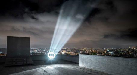 Στον νυχτερινό ουρανό της Μασαλίας, το σύμβολο του Μπάτμαν