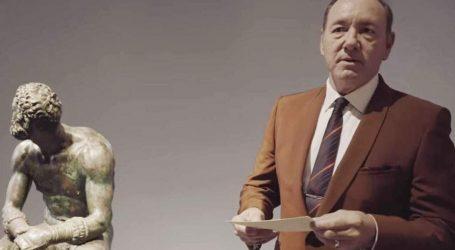Ο Κέβιν Σπέισι απαγγέλλει ποίηση σε μουσείο της Ρώμης (vid)