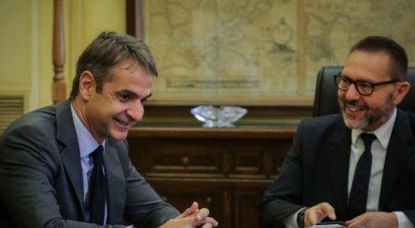 Μαξίμου: Μητσοτάκης και Στουρνάρας ετοιμάζονται να ακυρώσουν τα θετικά μέτρα, να περικόψουν συντάξεις