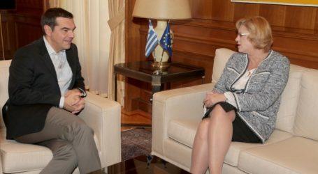 Συνάντηση Τσίπρα με την επίτροπο Περιφερειακής Πολιτικής της ΕΕ