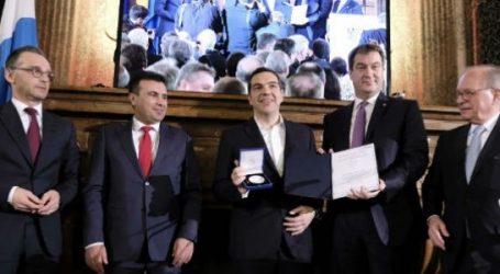 """Τσίπρας και Ζάεφ παρέλαβαν το Βραβείο Ewald von Kleist  – """"Δεν ανήκει σε μας αλλά στους λαούς μας"""" (vid)"""