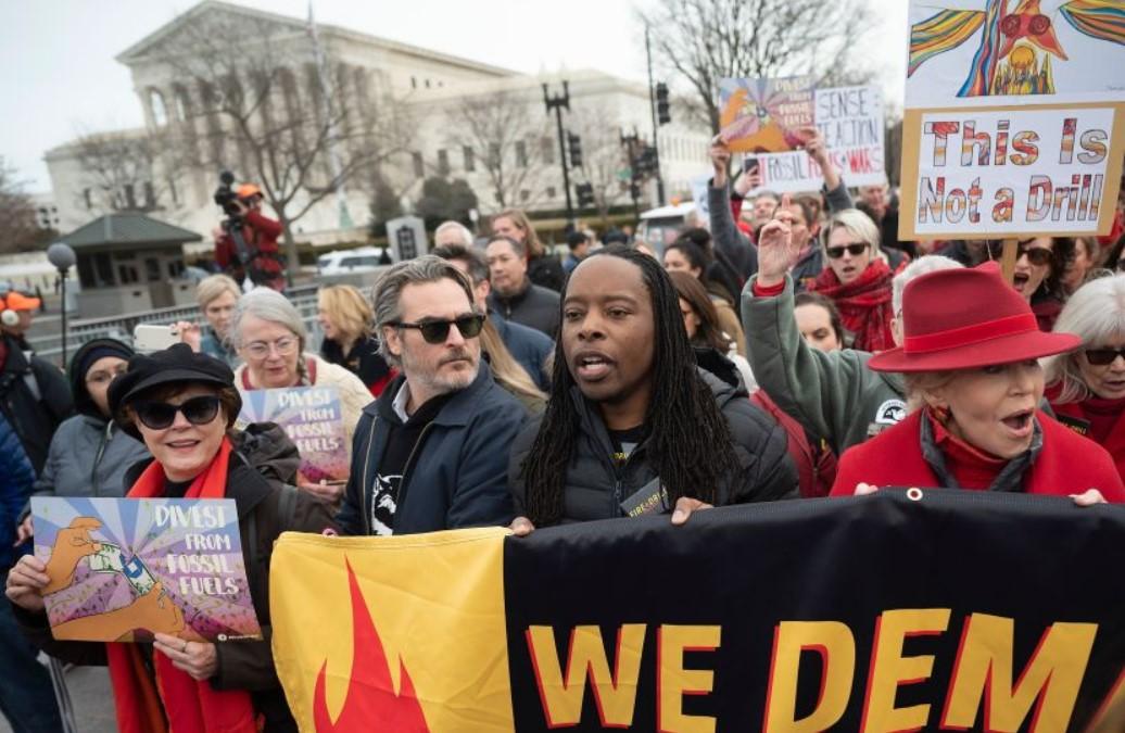 Τζέιν Φόντα, Χοακίν Φίνιξ και Μάρτιν Σιν διαδήλωσαν κατά της κλιματικής αλλαγής έξω από το Καπιτώλιο
