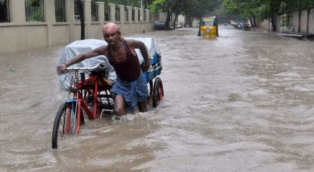 (UPD) Ινδία: Ξεπέρασαν τους 400 οι νεκροί από τις φονικές πλημμύρες – 1 εκατ. οι εκτοπισμένοι από τις εστίες τους