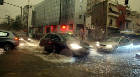 """""""Βούλιαξε"""" το κέντρο της Θεσσαλονίκης μετά από σφοδρή νεροποντή"""