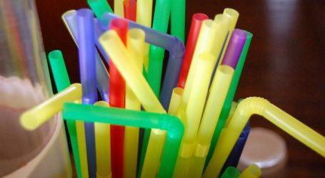 Καταργούνται σταδιακά τα πλαστικά καλαμάκια και οι αναδευτήρες ποτών