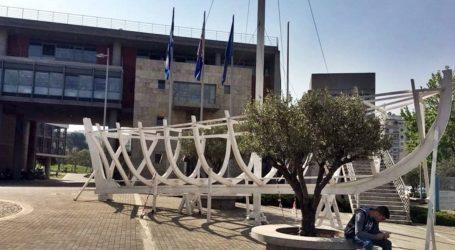 Θεσσαλονίκη: Απομακρύνθηκε με εντολή Ζέρβα το καράβι από το δημαρχιακό μέγαρο