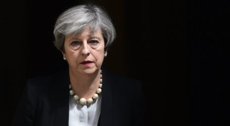 """Έτοιμη η Μέι να απορρίψει τη """"βελτιωμένη"""" προσφορά της ΕΕ για τα ιρλανδικά σύνορα"""