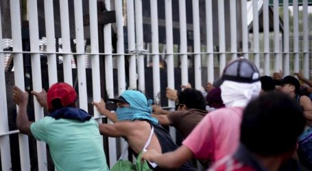 Ένας νεκρός και 10 τραυματίες από επίθεση αστυνομικών στο 2ο «καραβάνι μεταναστών»