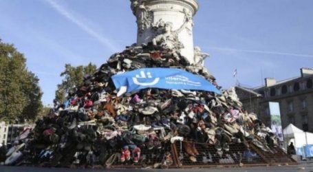 Μια πυραμίδα από παπούτσια στο Παρίσι κατά των βομβαρδισμών αμάχων