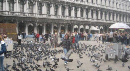Δήμαρχος στην Ιταλία απαγορεύει το «καμάκι» στον δρόμο και το τάισμα των περιστεριών