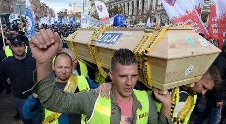 Πολωνία: Χιλιάδες αστυνομικοί και πυροσβέστες διαδηλώνουν ζητώντας καλύτερες συνθήκες εργασίας