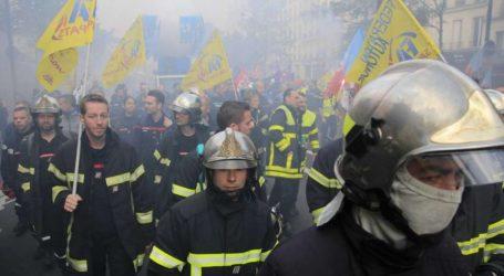 Παρίσι: Χρήση δακρυγόνων από αστυνομικούς εναντίον πυροσβεστών που διαδήλωναν (vids)