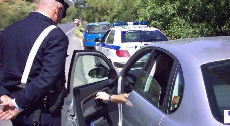 Οι κλήσεις για παράνομη στάθμευση νόμιμα τοποθετούνται στο παρμπρίζ των οχημάτων