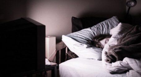 Οι γυναίκες που κοιμούνται με ανοιχτά φώτα ή τηλεόραση, είναι πιθανότερο να παχύνουν