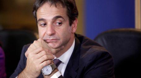 ΝΔ: Μεταξύ αντιμαχόμενων κομματικών πυρών ο Μητσοτάκης για το κοινωνικό μέρισμα