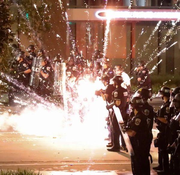 Δολοφονία Τζορτζ Φλόιντ: Αστυνομικοί τραυμάτισαν μέλη του τηλεοπτικού συνεργείου του Reuters με πλαστικές σφαίρες