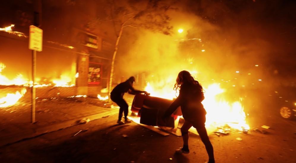 Δολοφονία Φλόιντ: Κλιμακώνονται οι ταραχές - Ο Τραμπ δεν θα καλέσει μονάδες της Εθνοφρουράς «επί του παρόντος»