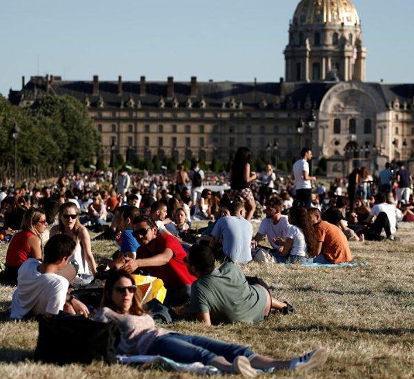 Γαλλία: Οι Παριζιάνοι σε πάρκα και δημόσιους κήπους μετά από 11 εβδομάδες