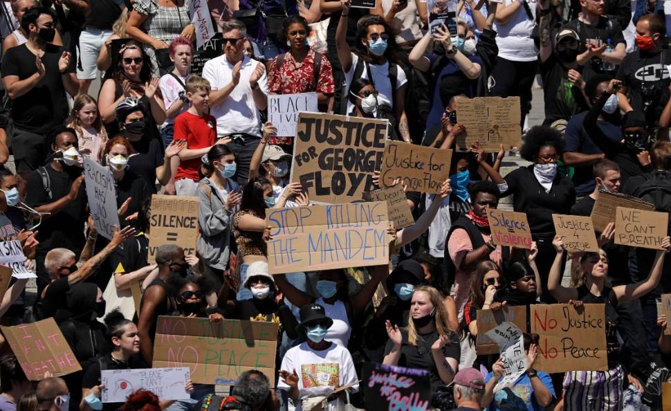 Δολοφονία Τζορτζ Φλόιντ: Εκατοντάδες διαδηλωτές σε Λονδίνο και Βερολίνο (vid)