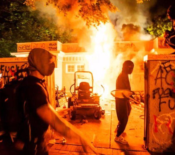 Το Ιράν καλεί τις ΗΠΑ να «σταματήσουν τη βία» εναντίον του ίδιου του λαού τους