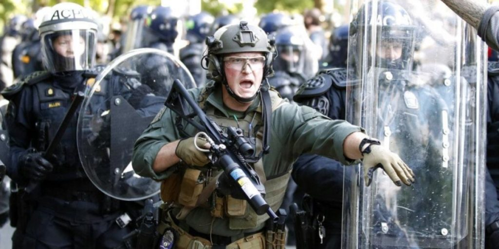 Σφοδρές αντιδράσεις για την απόφαση Τραμπ να αναπτύξει στρατό: «Αυτά είναι λόγια δικτάτορα»