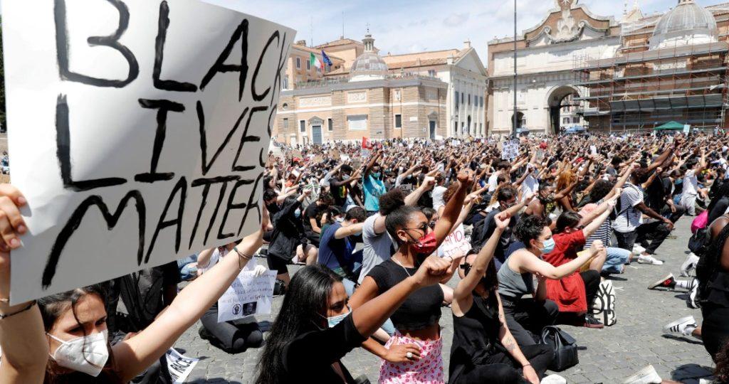 Δολοφονία Φλόιντ: Μεγάλη διαδήλωση κατά του ρατσισμού στη Ρώμη (vid)