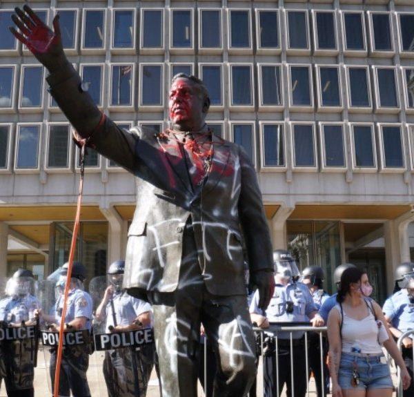 Η Φιλαδέλφεια αφαίρεσε το άγαλμα του ρατσιστή πρώην δημάρχου Frank Rizzo