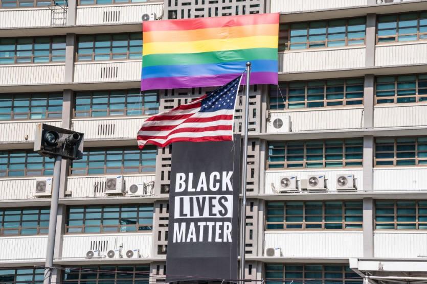 """Σεούλ: Αφαιρέθηκε το πανό """"Black Lives Matter"""" από το κτίριο της αμερικανικής πρεσβείας"""