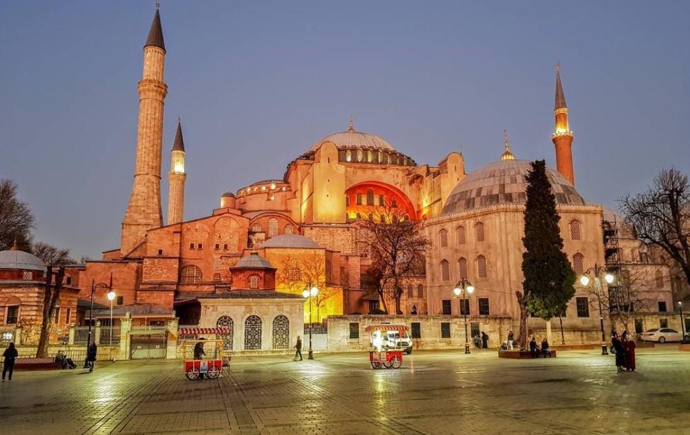 Εν μέσω θύελλα αντιδράσεων συνεδριάζει σήμερα το ανώτατο δικαστήριο στην Τουρκία (Danistay), προκειμένου να αποφανθεί αν η Αγία Σοφία θα μετατραπεί σε τέμενος.