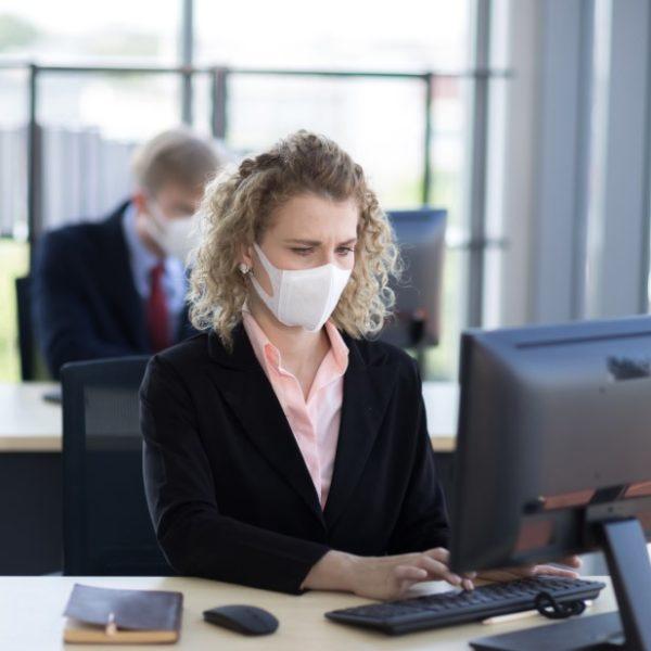 Βρετανία - Κορωνοϊός: Η κυβέρνηση δεν θα συστήσει χρήση μάσκας στο γραφείο