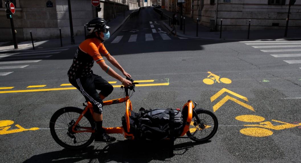 Γαλλία: Οι Παριζιάνοι θα μπορούν τελικά να κάνουν ποδήλατο ή τζόγκινγκ χωρίς μάσκα
