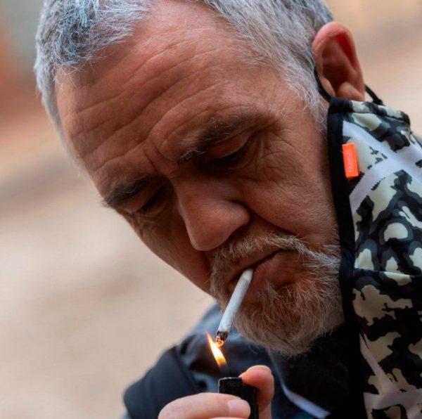 Κορωνοϊός: Γαλικία και Κανάρια απαγορεύουν το κάπνισμα στους δρόμους