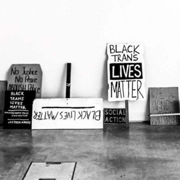 Έκθεση με πανό του κινήματος Black Lives Matter