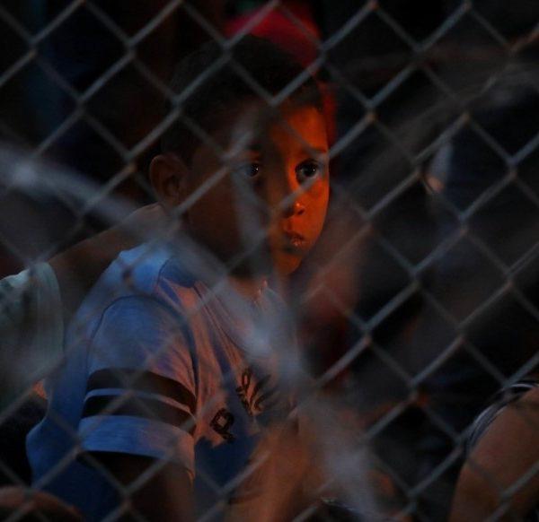 Η αμερικανική κυβέρνηση του Ντόναλντ Τραμπ έχει απελάσει από τις 20 Μαρτίου περίπου 8.800 ασυνόδευτα παιδιά μεταναστών που πιάστηκαν στα σύνορα ΗΠΑ-Μεξικού βάσει κανόνων που επιδιώκουν να περιορίσουν την εξάπλωση του νέου κορωνοϊού στις ΗΠΑ, σύμφωνα με δικαστικά έγγραφα που υποβλήθηκαν χθες από το υπουργείο Δικαιοσύνης. Η κυβέρνηση αρνιόταν να δώσει στη δημοσιότητα αυτούς τους αριθμούς από τον Ιούνιο, όταν τόνιζε ότι είχαν απελαθεί περίπου 2.000 παιδιά. Υπέρμαχοι των δικαιωμάτων των μεταναστών υποστήριξαν ότι περισσότεροι μετανάστες πιθανότατα είχαν επηρεαστεί από τους κανόνες, αλλά το εύρος των απελάσεων δεν ήταν σαφές μέχρι χθες Παρασκευή. Η κυβέρνηση των ΗΠΑ εφάρμοσε νέους συνοριακούς κανόνες στις 21 Μαρτίου, που κατάργησαν πρακτικές δεκαετιών που βασίζονταν σε νομοθεσίες για την προστασία των παιδιών από την εμπορία ανθρώπων και τους έδιναν την ευκαιρία να ζητήσουν άσυλο σε αμερικανικά δικαστήρια μετανάστευσης. Η κυβέρνηση Τραμπ δήλωσε ότι οι κανόνες έκτακτης ανάγκης σχεδιάστηκαν για να αποτραπούν ξεσπάσματα κορωνοϊού μέσα σε κέντρα κράτησης μεταναστών και ανάμεσα στον ευρύτερο πληθυσμό στις ΗΠΑ. Έκτοτε, Αμερικανοί αξιωματούχοι απομακρύνουν γρήγορα τους μετανάστες, συμπεριλαμβανομένων ασυνόδευτων ανηλίκων, χωρίς τις τυπικές διαδικασίες μετανάστευσης. Ο Τραμπ, επιδιώκοντας την επανεκλογή του στις εκλογές της 3ης Νοεμβρίου, τηρεί ως πρόεδρος σκληρή γραμμή απέναντι στην νόμιμη και παράνομη μετανάστευση. Υποστηρικτές της μετανάστευσης τονίζουν ότι οι νέοι κανόνες θέτουν τους μετανάστες, ιδίως τα παιδιά, σε σοβαρούς κινδύνους. Η ομοσπονδιακή κυβέρνηση τους κρατά για μέρες ή μερικές φορές για εβδομάδες σε ξενοδοχεία με μη αδειοδοτημένους εργολάβους να τους προσέχουν. Δικηγόροι τονίζουν ότι τα προσωπικά στοιχεία των παιδιών δεν καταγράφονται στα συνήθη συστήματα υπολογιστών, καθιστώντας σχεδόν αδύνατο τον εντοπισμό τους. Τον Ιούνιο, ο επικεφαλής της Υπηρεσίας Τελωνείων και Συνοριακής Προστασίας των ΗΠΑ Μαρκ Μόργκαν δήλωσε ότι περίπου 2.000 ασυνόδευτα παιδιά είχαν απελα
