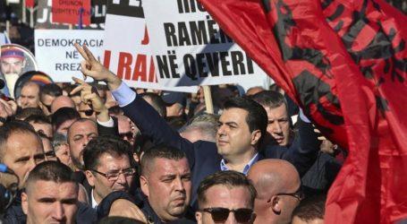 "H Αλβανία στη κόψη του ξυραφιού | Η αντιπολίτευση αποκαλεί τον πρωθυπουργό Ράμα, ""Μαδούρο των Βαλκανίων"""