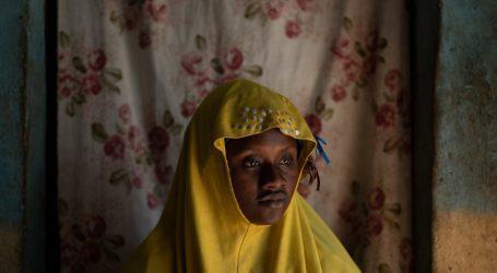 Οι οικογένειες των μεταναστών περιμένουν, διχασμένες ανάμεσα στην ελπίδα και τη θλίψη