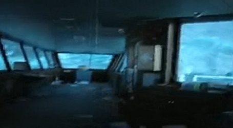 (VID) Στη γέφυρα του πλοίου που στην κακοκαιρία κοντεύει να τουμπάρει
