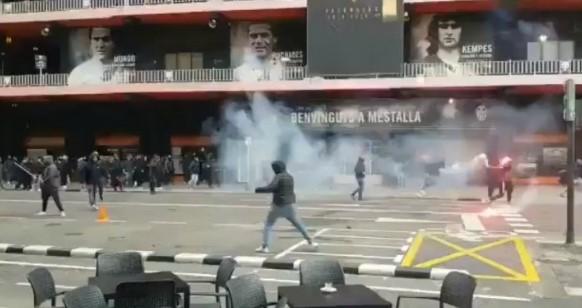 (vid) Εικόνες ντροπής για το ισπανικό ποδόσφαιρο – Επεισόδια σε Βαρκελόνη και Βαλένθια