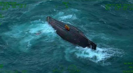 (VID) Δραματική διάσωση ψαράδων από αναποδογυρισμένο αλιευτικό σκάφος